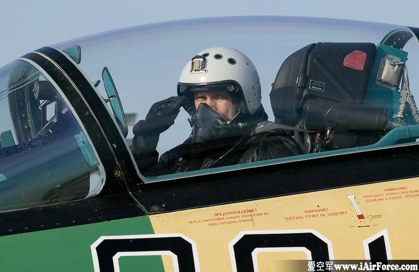 Su-35 飞行员座舱内致敬