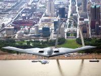 B-2 隐形轰炸机 城市上空飞行