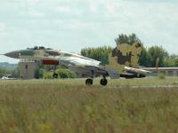 Su-35 起飞离陆